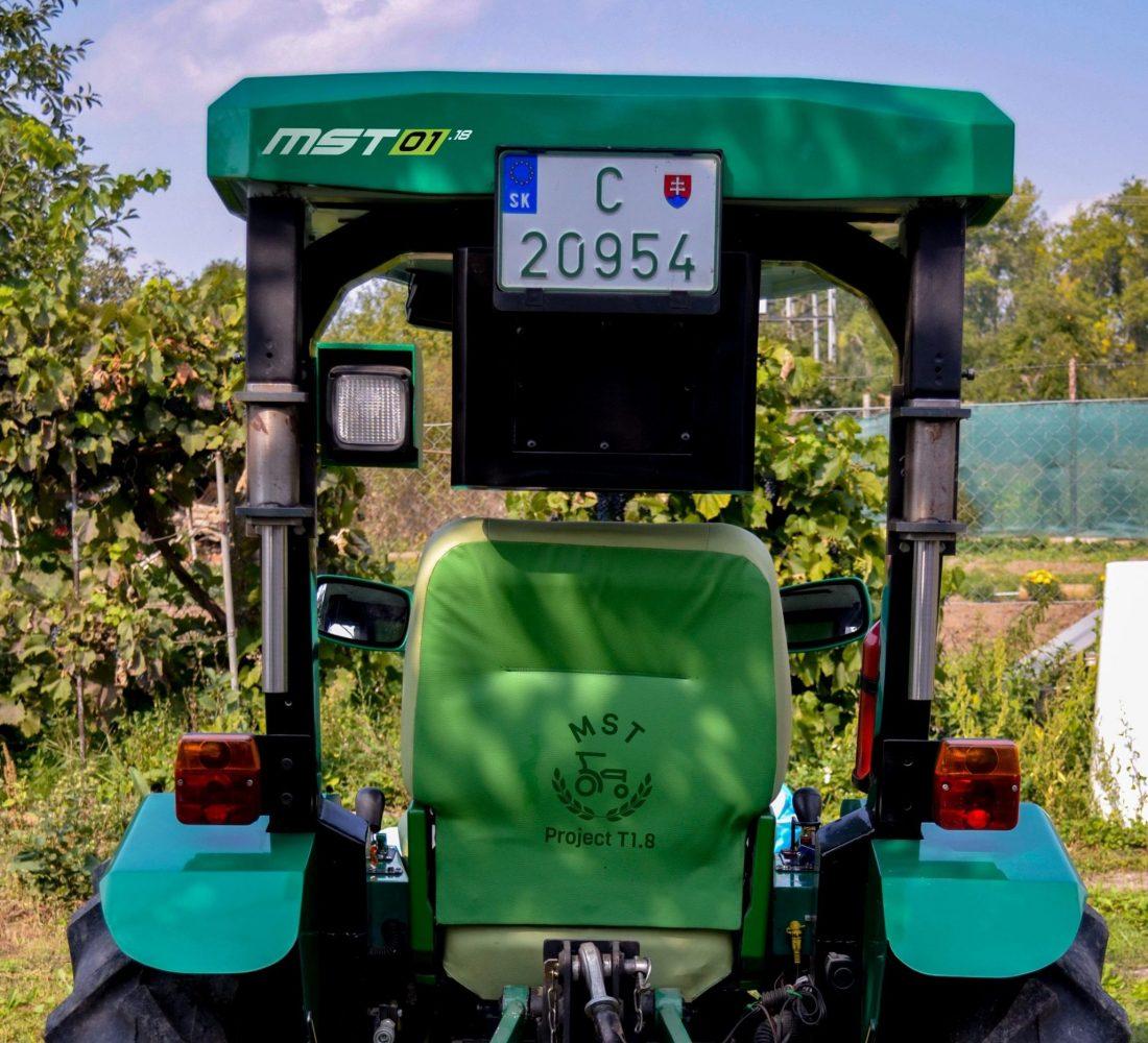 traktor s polepami (2)